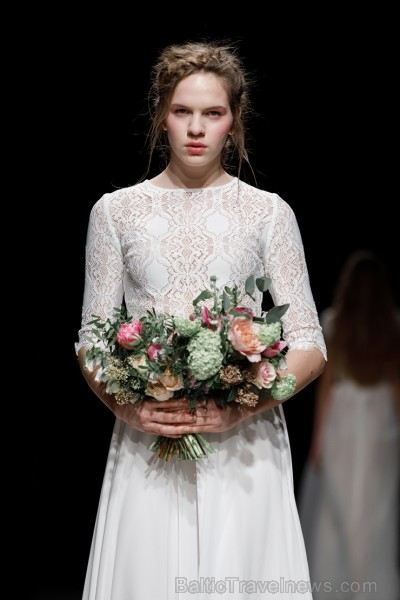 Rīgas Modes nedēļas ietvaros Latvijas dizaineru krāšņie tērpi atklāj jaunakās tendences un divas no gaidītākajām ir jutekliskā «Amoralle» un romantisk 250077