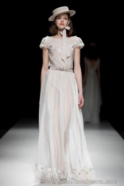 Rīgas Modes nedēļas ietvaros Latvijas dizaineru krāšņie tērpi atklāj jaunakās tendences un divas no gaidītākajām ir jutekliskā «Amoralle» un romantisk 250082
