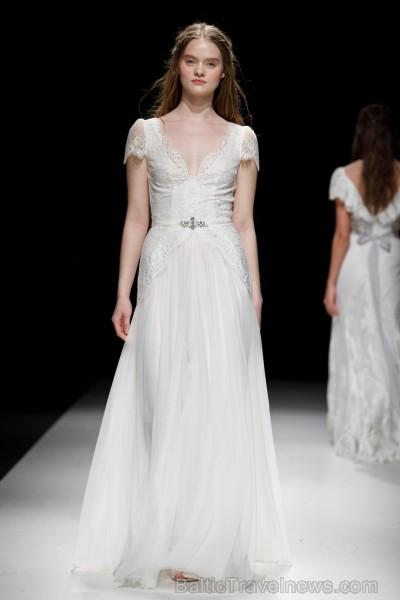Rīgas Modes nedēļas ietvaros Latvijas dizaineru krāšņie tērpi atklāj jaunakās tendences un divas no gaidītākajām ir jutekliskā «Amoralle» un romantisk 250088