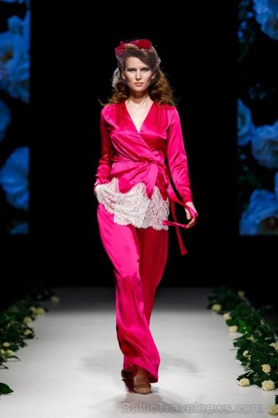 Rīgas Modes nedēļas ietvaros Latvijas dizaineru krāšņie tērpi atklāj jaunakās tendences un divas no gaidītākajām ir jutekliskā «Amoralle» un romantisk 250097