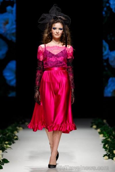 Rīgas Modes nedēļas ietvaros Latvijas dizaineru krāšņie tērpi atklāj jaunakās tendences un divas no gaidītākajām ir jutekliskā «Amoralle» un romantisk 250100