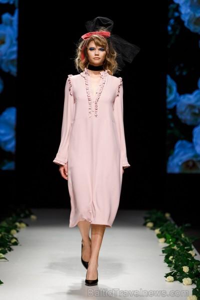 Rīgas Modes nedēļas ietvaros Latvijas dizaineru krāšņie tērpi atklāj jaunakās tendences un divas no gaidītākajām ir jutekliskā «Amoralle» un romantisk 250107
