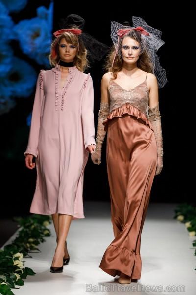 Rīgas Modes nedēļas ietvaros Latvijas dizaineru krāšņie tērpi atklāj jaunakās tendences un divas no gaidītākajām ir jutekliskā «Amoralle» un romantisk 250113