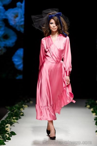 Rīgas Modes nedēļas ietvaros Latvijas dizaineru krāšņie tērpi atklāj jaunakās tendences un divas no gaidītākajām ir jutekliskā «Amoralle» un romantisk 250116