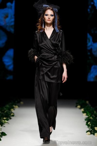 Rīgas Modes nedēļas ietvaros Latvijas dizaineru krāšņie tērpi atklāj jaunakās tendences un divas no gaidītākajām ir jutekliskā «Amoralle» un romantisk 250117