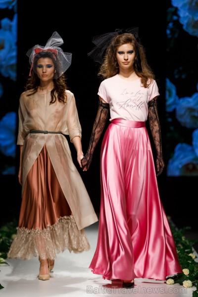 Rīgas Modes nedēļas ietvaros Latvijas dizaineru krāšņie tērpi atklāj jaunakās tendences un divas no gaidītākajām ir jutekliskā «Amoralle» un romantisk 250118