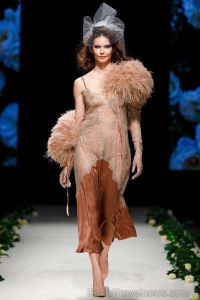 Rīgas Modes nedēļas ietvaros Latvijas dizaineru krāšņie tērpi atklāj jaunakās tendences un divas no gaidītākajām ir jutekliskā «Amoralle» un romantisk 250119