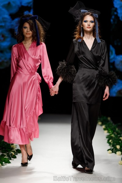 Rīgas Modes nedēļas ietvaros Latvijas dizaineru krāšņie tērpi atklāj jaunakās tendences un divas no gaidītākajām ir jutekliskā «Amoralle» un romantisk 250120