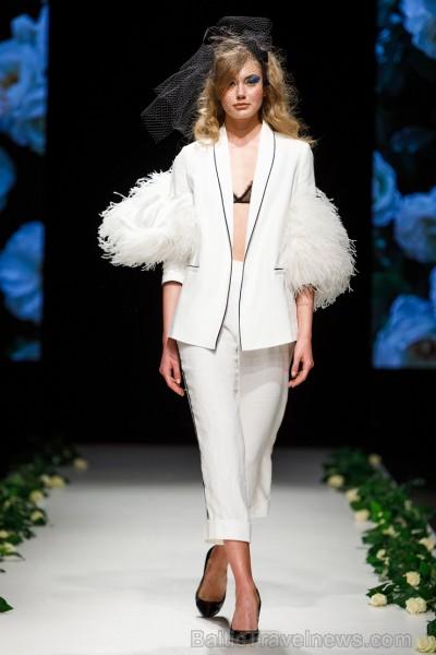 Rīgas Modes nedēļas ietvaros Latvijas dizaineru krāšņie tērpi atklāj jaunakās tendences un divas no gaidītākajām ir jutekliskā «Amoralle» un romantisk 250121
