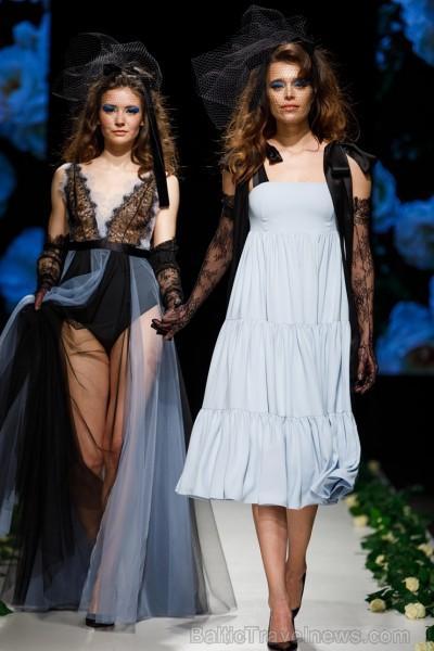 Rīgas Modes nedēļas ietvaros Latvijas dizaineru krāšņie tērpi atklāj jaunakās tendences un divas no gaidītākajām ir jutekliskā «Amoralle» un romantisk