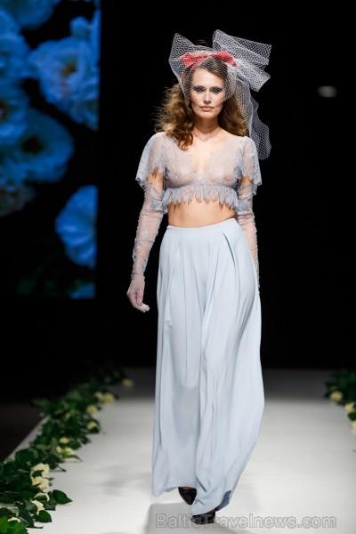 Rīgas Modes nedēļas ietvaros Latvijas dizaineru krāšņie tērpi atklāj jaunakās tendences un divas no gaidītākajām ir jutekliskā «Amoralle» un romantisk 250127