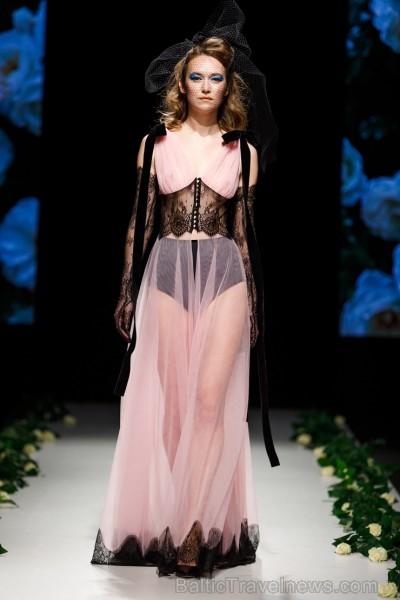 Rīgas Modes nedēļas ietvaros Latvijas dizaineru krāšņie tērpi atklāj jaunakās tendences un divas no gaidītākajām ir jutekliskā «Amoralle» un romantisk 250134