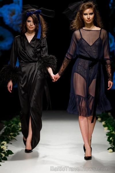 Rīgas Modes nedēļas ietvaros Latvijas dizaineru krāšņie tērpi atklāj jaunakās tendences un divas no gaidītākajām ir jutekliskā «Amoralle» un romantisk 250135