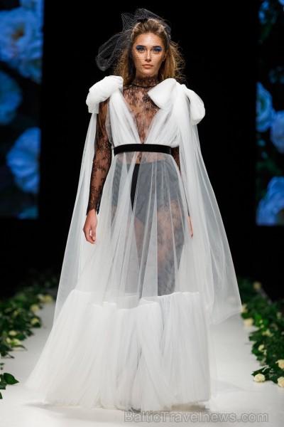 Rīgas Modes nedēļas ietvaros Latvijas dizaineru krāšņie tērpi atklāj jaunakās tendences un divas no gaidītākajām ir jutekliskā «Amoralle» un romantisk 250138