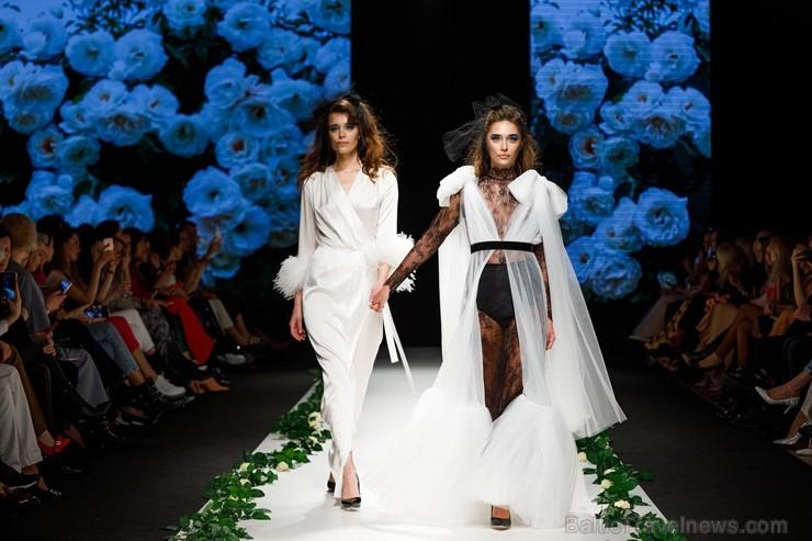 Rīgas Modes nedēļas ietvaros Latvijas dizaineru krāšņie tērpi atklāj jaunakās tendences un divas no gaidītākajām ir jutekliskā «Amoralle» un romantisk 250140