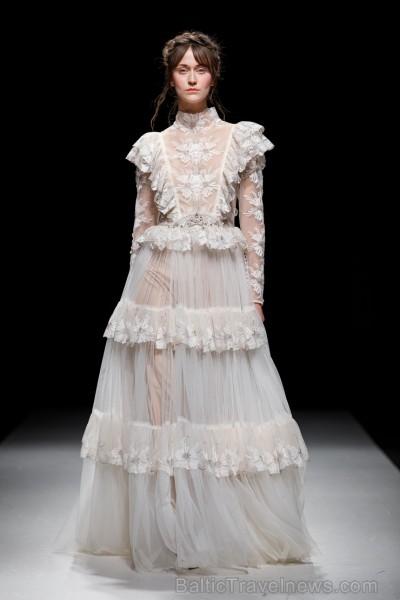 Rīgas Modes nedēļas ietvaros Latvijas dizaineru krāšņie tērpi atklāj jaunakās tendences un divas no gaidītākajām ir jutekliskā «Amoralle» un romantisk 250143