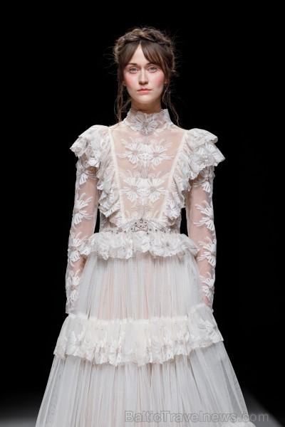 Rīgas Modes nedēļas ietvaros Latvijas dizaineru krāšņie tērpi atklāj jaunakās tendences un divas no gaidītākajām ir jutekliskā «Amoralle» un romantisk 250144