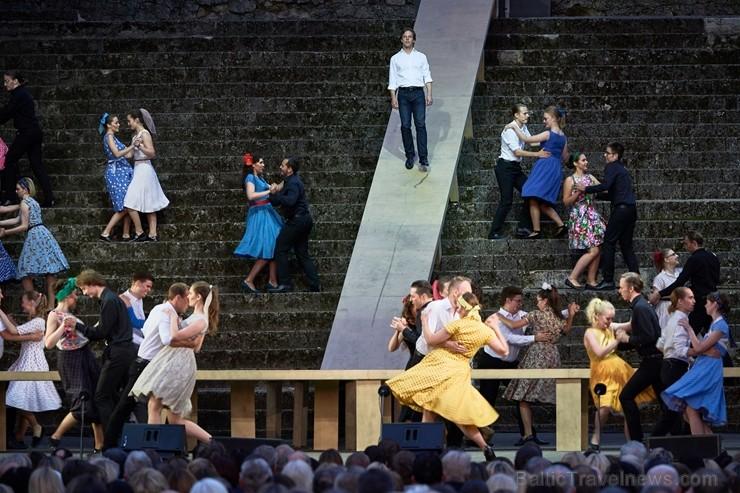 Cēsu pils parkā vairākus tūkstošus skatītāju pulcēja Cēsu Mākslas festivāla lielākais muzikālais notikums - mūzikla