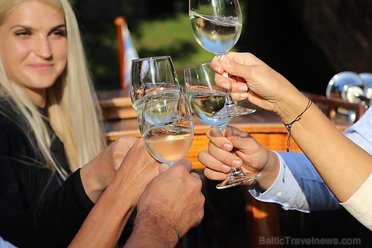 Pārdaugavas restorāns «Hercogs Fabrika» piedāvā jahtas izbraucienu ar romantiskām vakariņām pārim vai arī grupai 261892