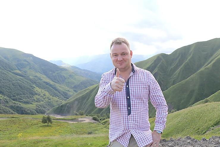 Cilvēki kalnos priecājas kā mazi bērni. Atbalsta: Georgia.Travel 262737
