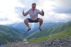 Cilvēki kalnos priecājas kā mazi bērni. Atbalsta: Georgia.Travel 1