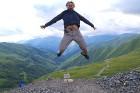 Cilvēki kalnos priecājas kā mazi bērni. Atbalsta: Georgia.Travel 29