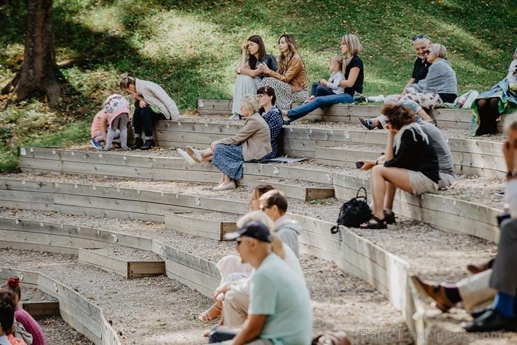 Valmieras pusē, Kocēnu novada Dikļos – Neikenkalna dabas koncerzālē zem saules apspīdētām, gubu mākoņu rotātām augusta debesīm izskanēja koncerts dzīv