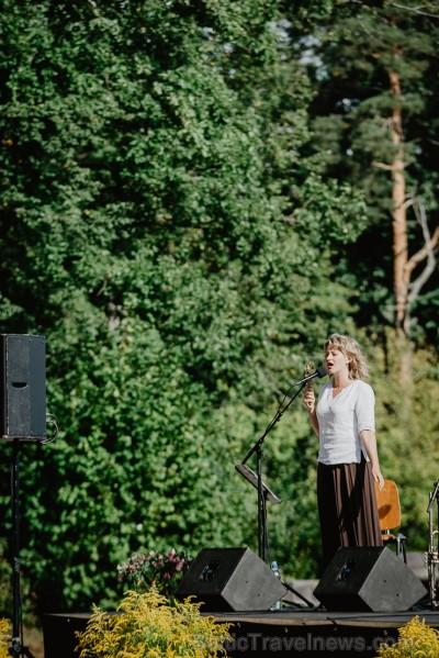 Valmieras pusē, Kocēnu novada Dikļos – Neikenkalna dabas koncerzālē zem saules apspīdētām, gubu mākoņu rotātām augusta debesīm izskanēja koncerts dzīv 263956