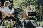 Valmieras pusē, Kocēnu novada Dikļos – Neikenkalna dabas koncerzālē zem saules apspīdētām, gubu mākoņu rotātām augusta debesīm izskanēja koncerts dzīv 2