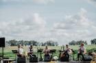 Valmieras pusē, Kocēnu novada Dikļos – Neikenkalna dabas koncerzālē zem saules apspīdētām, gubu mākoņu rotātām augusta debesīm izskanēja koncerts dzīv 3