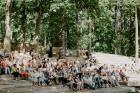 Valmieras pusē, Kocēnu novada Dikļos – Neikenkalna dabas koncerzālē zem saules apspīdētām, gubu mākoņu rotātām augusta debesīm izskanēja koncerts dzīv 4