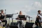 Valmieras pusē, Kocēnu novada Dikļos – Neikenkalna dabas koncerzālē zem saules apspīdētām, gubu mākoņu rotātām augusta debesīm izskanēja koncerts dzīv 6