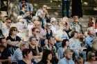 Valmieras pusē, Kocēnu novada Dikļos – Neikenkalna dabas koncerzālē zem saules apspīdētām, gubu mākoņu rotātām augusta debesīm izskanēja koncerts dzīv 8
