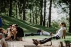 Valmieras pusē, Kocēnu novada Dikļos – Neikenkalna dabas koncerzālē zem saules apspīdētām, gubu mākoņu rotātām augusta debesīm izskanēja koncerts dzīv 12