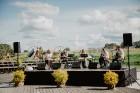 Valmieras pusē, Kocēnu novada Dikļos – Neikenkalna dabas koncerzālē zem saules apspīdētām, gubu mākoņu rotātām augusta debesīm izskanēja koncerts dzīv 13