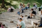 Valmieras pusē, Kocēnu novada Dikļos – Neikenkalna dabas koncerzālē zem saules apspīdētām, gubu mākoņu rotātām augusta debesīm izskanēja koncerts dzīv 14
