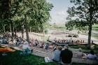 Valmieras pusē, Kocēnu novada Dikļos – Neikenkalna dabas koncerzālē zem saules apspīdētām, gubu mākoņu rotātām augusta debesīm izskanēja koncerts dzīv 15