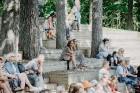 Valmieras pusē, Kocēnu novada Dikļos – Neikenkalna dabas koncerzālē zem saules apspīdētām, gubu mākoņu rotātām augusta debesīm izskanēja koncerts dzīv 16