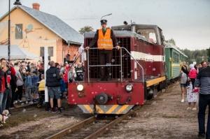 Alūksnē lustīgi svin Bānīša svētkus - vienīgā regulāri kursējošā šaursliežu dzelzceļa vilciena 116.dzimšanas dienu 1