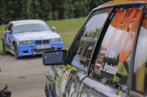 Sacensību laikā Saldū 69 ekipāžu dalībnieki veica sešus ātrumposmu 55 kilometrus garajā distancē 5