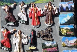 Travelnews.lv iepazīst Domabajā suvenīru tirgu tūristiem. Atbalsta: Magtur 37