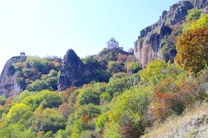 Travelnews.lv apmeklē darbojošu 10. gadsimta kristiešu Šoanina dievnamu osetīņu ciemā. Atbalsta: Magtur 3