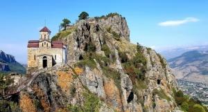 Travelnews.lv apmeklē darbojošu 10. gadsimta kristiešu Šoanina dievnamu osetīņu ciemā. Atbalsta: Magtur 11
