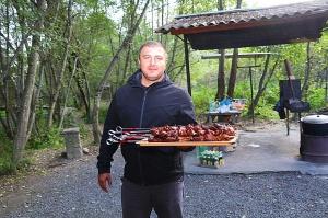 Karačaja-Čerkesijas republikā ēdienā tiek akcentēts garšīgs šašliks, bet augļus un dārzeņus ieved galvenokārt no citurienes. Atbalsta: Magtur 1