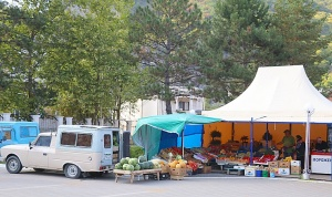Karačaja-Čerkesijas republikā ēdienā tiek akcentēts garšīgs šašliks, bet augļus un dārzeņus ieved galvenokārt no citurienes. Atbalsta: Magtur 21