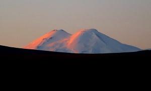 Travelnews.lv rīta agrumā apjūsmo Eiropas augstāko virsotni Elbruss. Atbalsta: Magtur 2