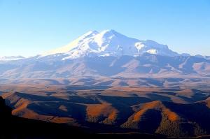 Travelnews.lv rīta agrumā apjūsmo Eiropas augstāko virsotni Elbruss. Atbalsta: Magtur 5