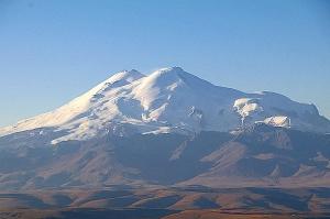Travelnews.lv rīta agrumā apjūsmo Eiropas augstāko virsotni Elbruss. Atbalsta: Magtur 11