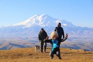 Travelnews.lv rīta agrumā apjūsmo Eiropas augstāko virsotni Elbruss. Atbalsta: Magtur 36