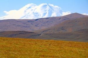 Travelnews.lv rīta agrumā apjūsmo Eiropas augstāko virsotni Elbruss. Atbalsta: Magtur 46